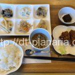 ( ・×・)おうちで食べる家庭料理がその場で食べられるお惣菜屋さんランチプレートは850円 MaMa菜(ままな)三ノ輪