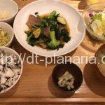( ・×・)上野駅からすぐの「おぼんdeごはん」で「ケールと牛肉のスタミナ炒め定食」